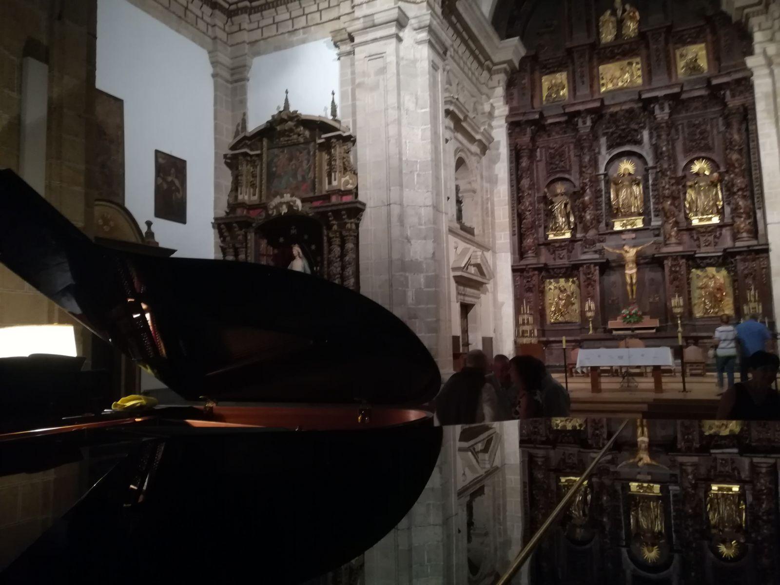 Foto de PEDRO HALFFTER, HACE SONAR EL PIANO FRENTE AL CRISTO DE LA ESPERANZA