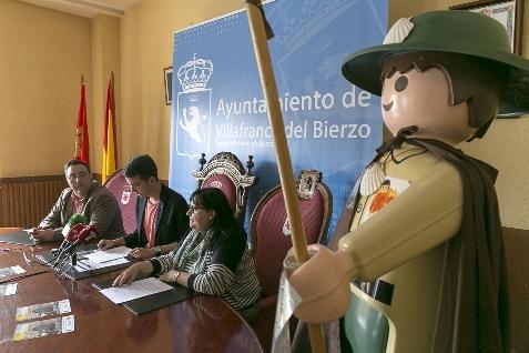 Foto de Varias personalidades del Bierzo peregrinan como clicks de Playmobil en una exposición sobre el Camino de Santiago en Villafranca