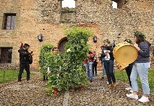 Foto de Villafranca del Bierzo levanta los maios en un rito ancestral que celebra el despertar de la naturaleza primaveral