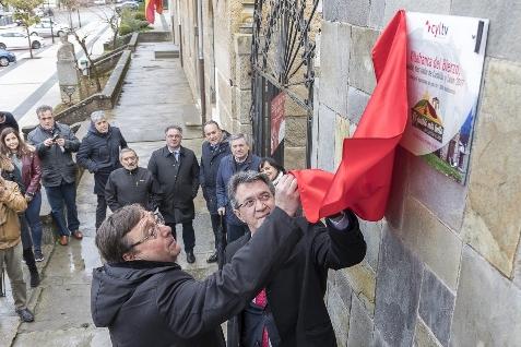 Foto de Villafranca descubre la placa que le acredita como