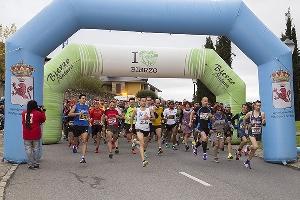 Foto de Un millar de corredores y andarines desafían a la niebla para conquistar la meta de la 'Dragomán'